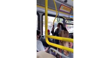 Yüzüne tüküren bayanı iterek otobüsten attı