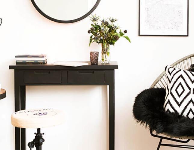 Wie bringt man eine Arbeitsecke im Wohnzimmer unter?