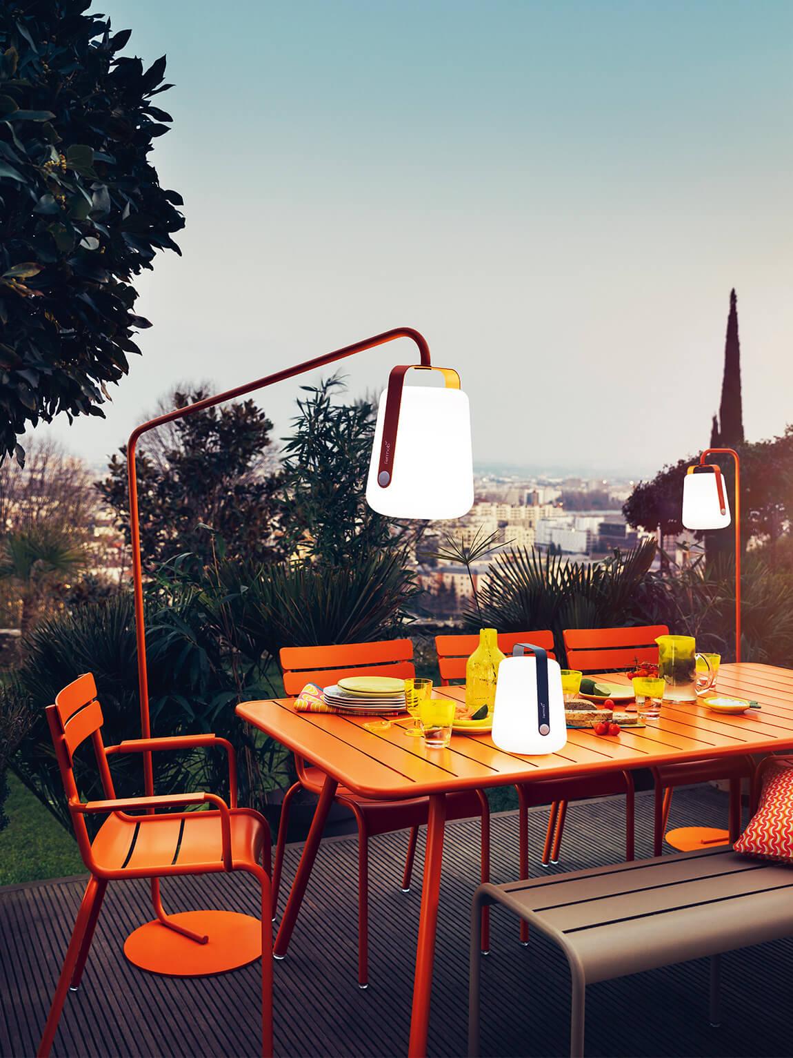Gartenlampe vor rotem Tisch