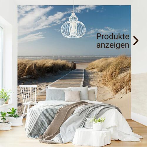 Gemütliches Bett mit einer Fototapete vom Ostsee Strand