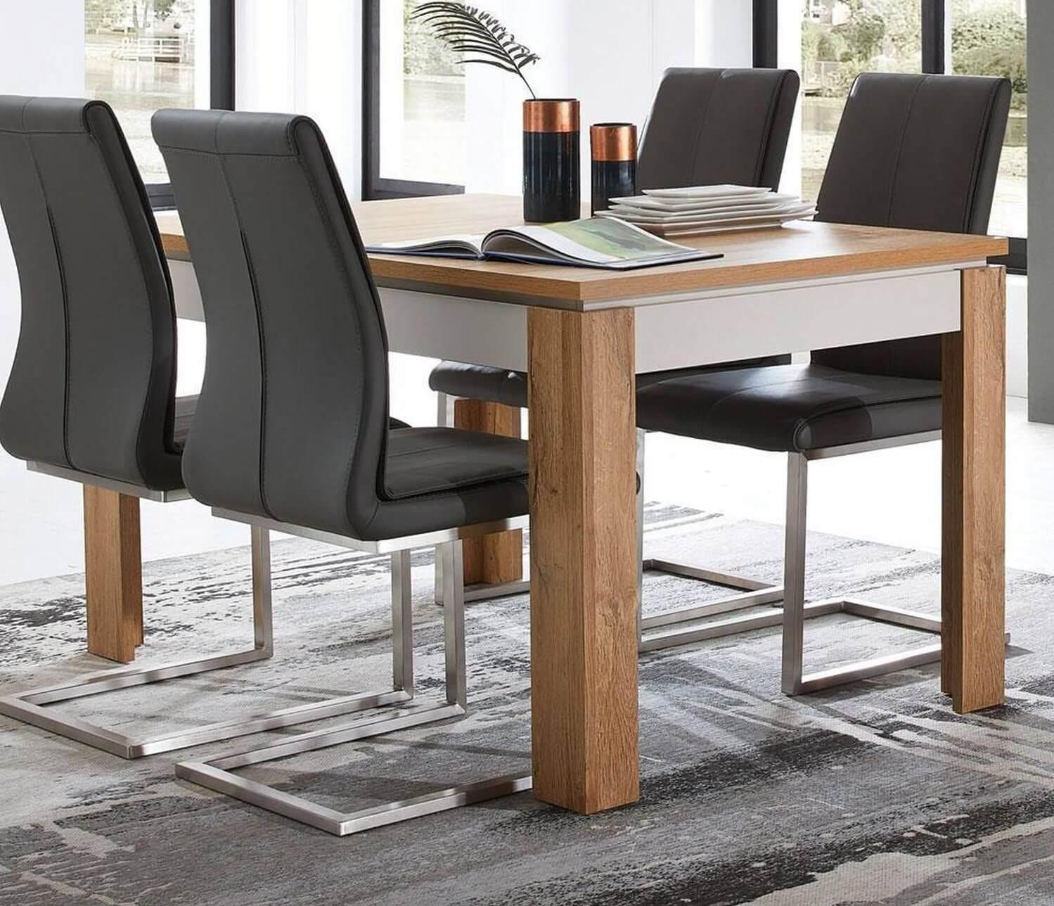 Ausziehbarer Esstisch aus Holz mit Stühlen
