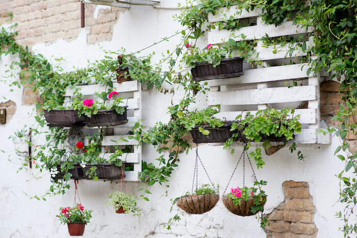 Pflanzenkübel, Hängedeko und Dekorationsfiguren für deinen Garten