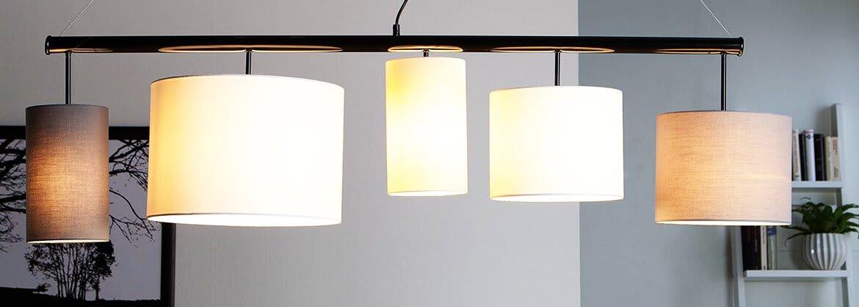 Pendelleuchte mit mehreren Lampenschirmen über dem Esstisch