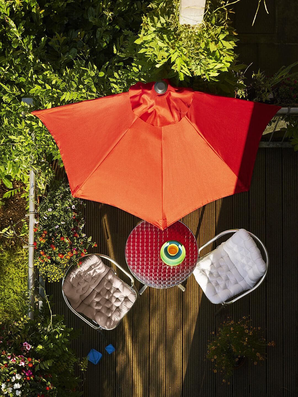 Roter Sonnenschirm für den Balkon