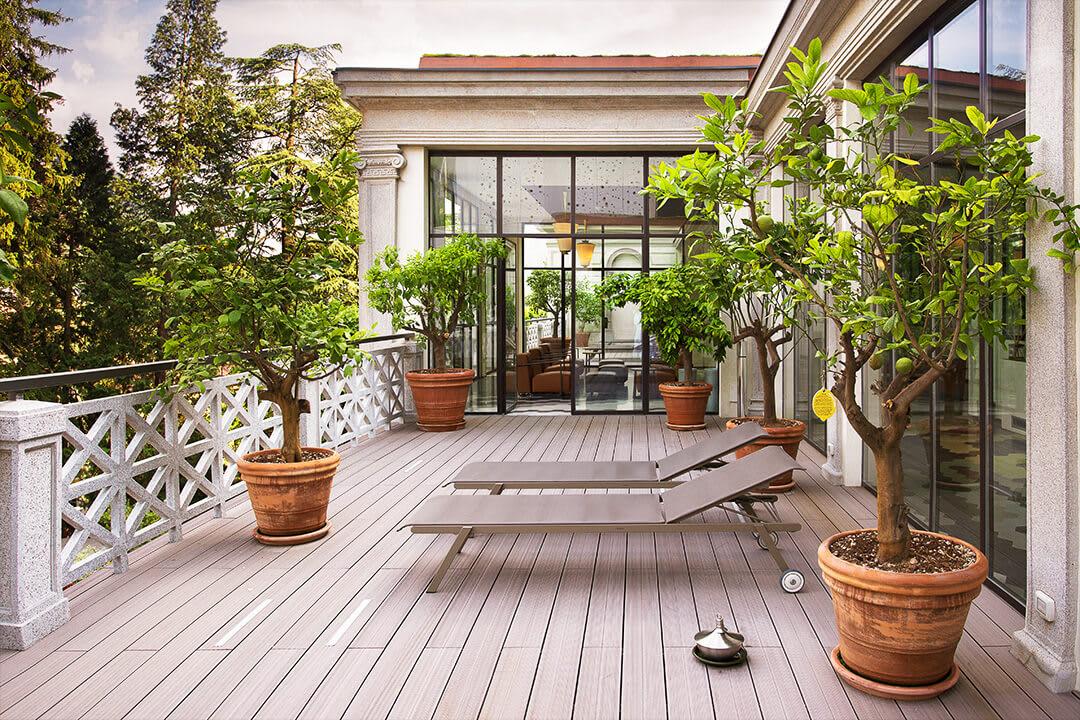 Balkon mit Holzboden und Liegestühlen