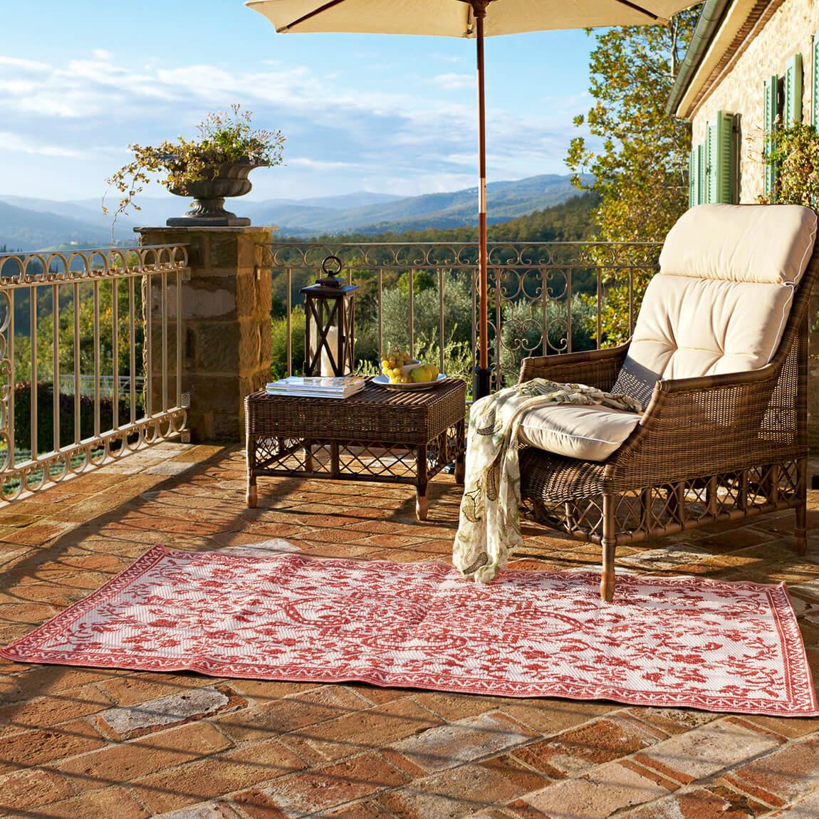 Hübsche Deko auf Balkon mit Outdoor-Teppich