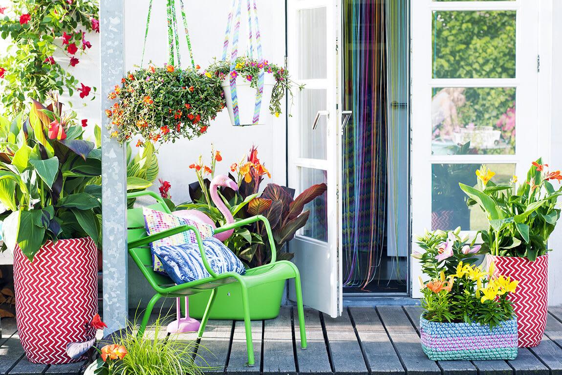 Gemütliche Terrasse mit bunten Töpfen