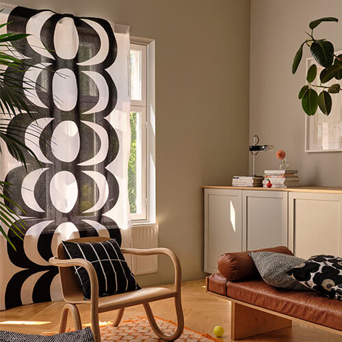 Schwarz-weißer Schiebevorhang in Wohnzimmer