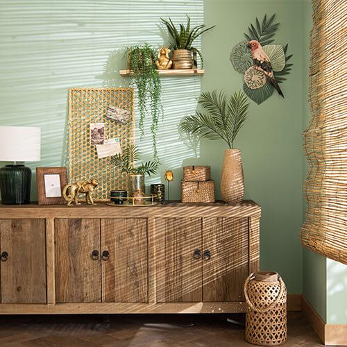 Sideboard und Laterne aus Bambus im Boho Style