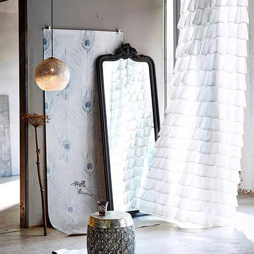 Weißer wehender Vorhang mit Dekoration