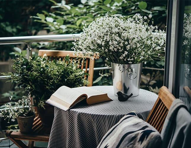 Balkontisch mit Stühlen, Pflanzen und Deko