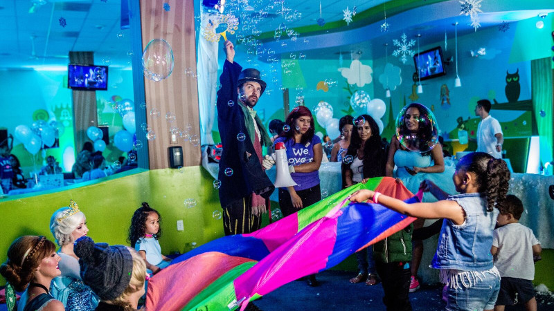 Teenage Birthday Party Ideas Los Angeles Magician Performs For A Childs At Giggles