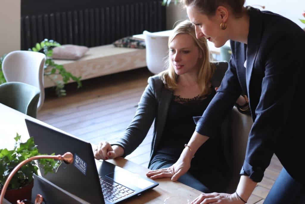 Deux femmes devant un ordinateur portable