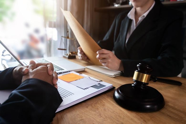 An attorney helps her client navigate divorce proceedings.