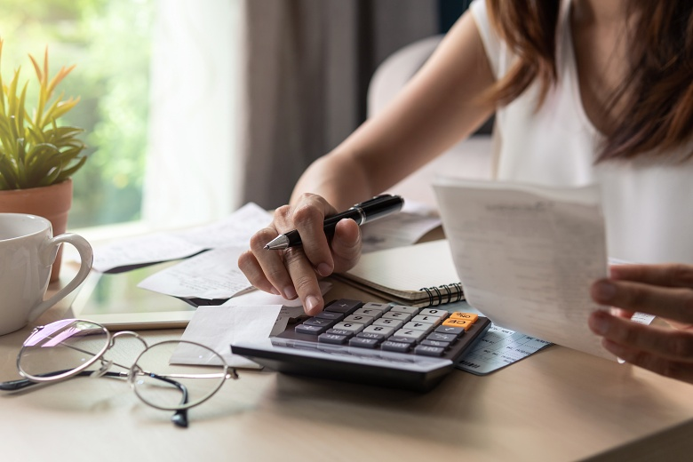 A woman calculates her changing expenses after her divorce.