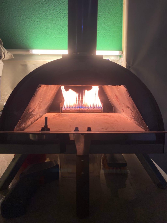 טאבון מתחמם מוכן לפיצה