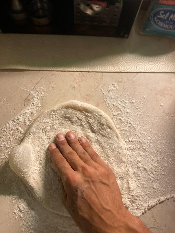 ״ריקון״ האוויר ממרכז הבצק והשארת שוליים של 1-2 אצבעות