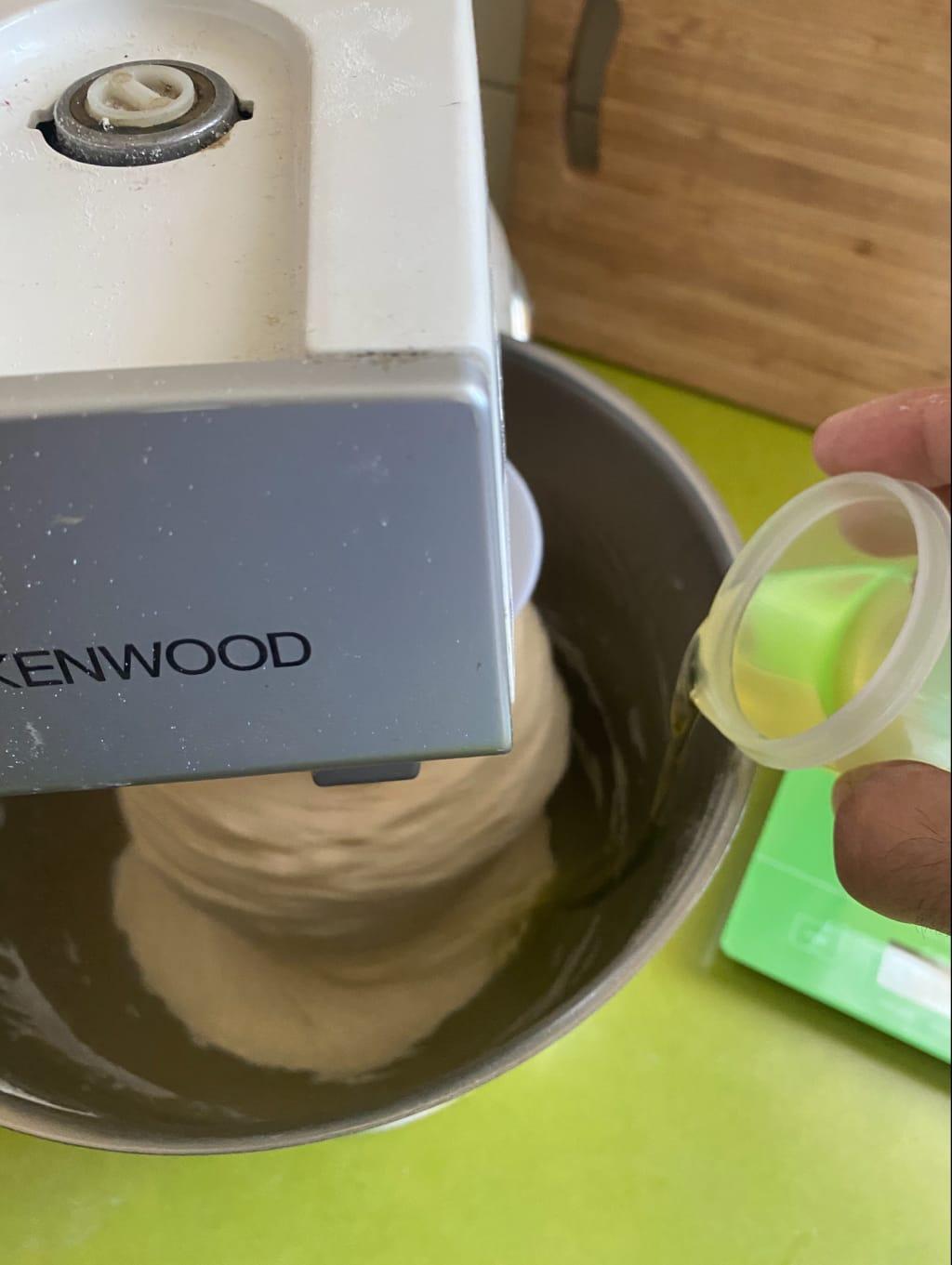 הוספת שמן לבצק, רק לאחר שכל המרכיבים עורבבו לבצק אחיד