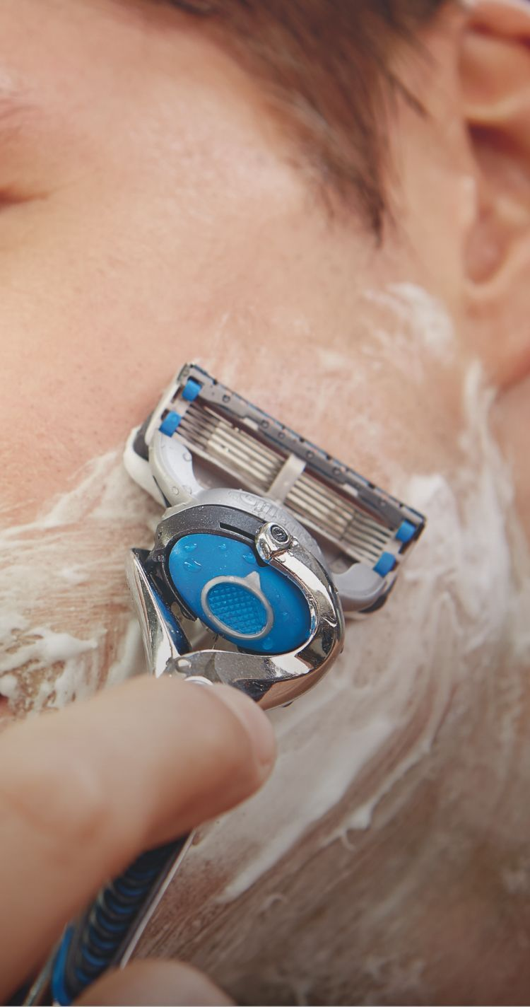 Fusion5<sup>™</sup> Proshield<sup>™</sup>  Chill Razor With Flexball<sup>™</sup>  Technology