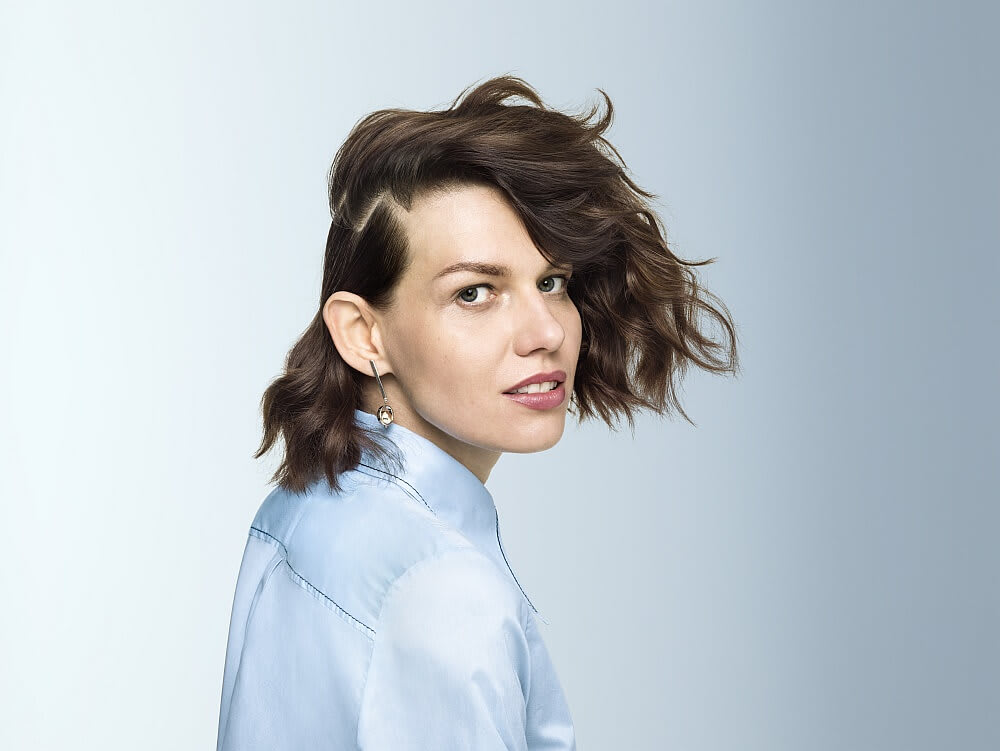 Woman with short hair and side-parting