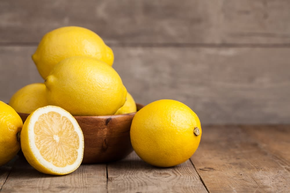 How to treat dandruff at home with lemon