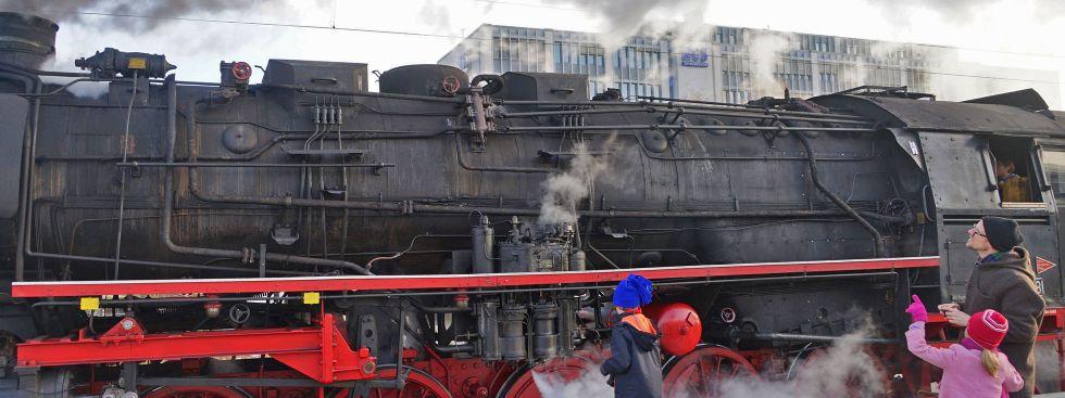 Dampflok am Ostbahnhof bestaunt von Kindern