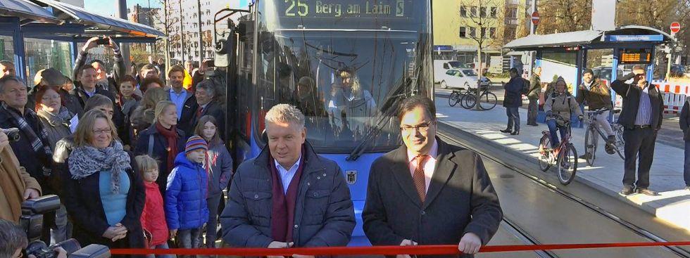 Oberbürgermeister Dieter Reiter schneidet das Band zum Start der neuen Linie durch