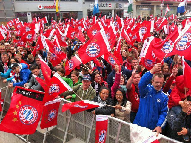 Der Marienplatz war randvoll mit Fans