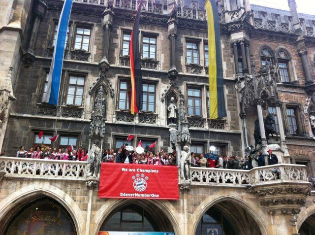 Die Spieler auf dem Rathaus-Balkon