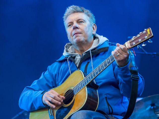 Oberbürgermeister Dieter Reiter spielt Gitarre mit der Band Dreiviertelblut auf dem Königsplatz