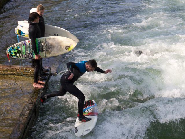 Surfen am Eisbach im Englischen Garten