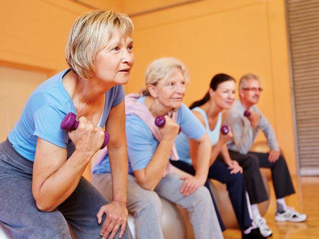 Aktive Senioren beim Fitnesstraining