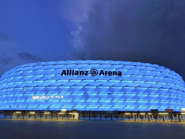 Die Allianz Arena in Blau.