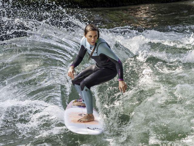 Surferin auf dem Eisbach beim Surf&Style