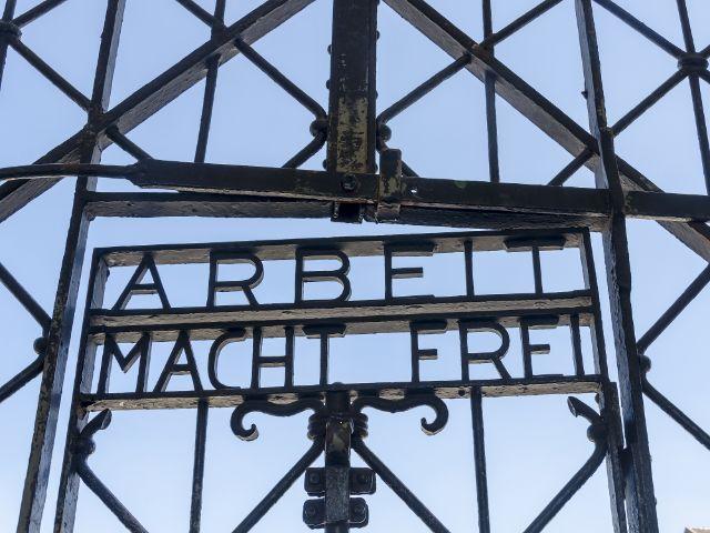 """Eingangsportal der KZ Gedenkstätte Dachau mit den Worten """"Arbeit macht frei"""""""