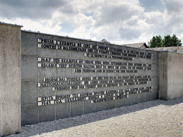 Inschrift des Internationalen Mahnmals auf der KZ Gedenkstätte Dachau
