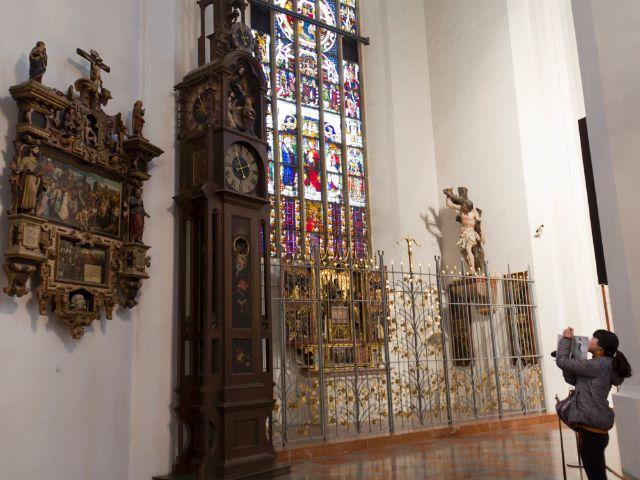Die Automatenuhr, links das Epitaph, rechts der Auferstehungsaltar in der Sebastianskapelle