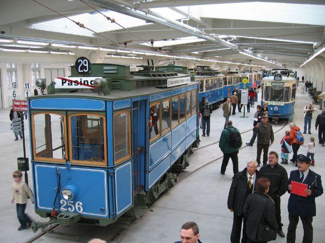 Alte Tramwagons im Inneren des MVG Museums in München.