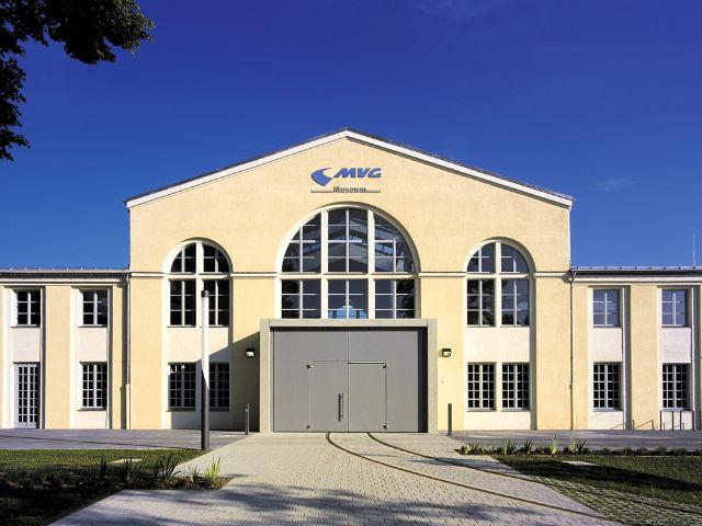 Das MVG Museum in München von außen an einem sonnigen Tag.