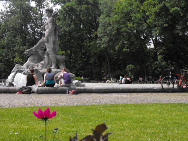 Am Alten Botanischen Garten genießen die Münchner das erste schöne Sommerwochenende 2013.