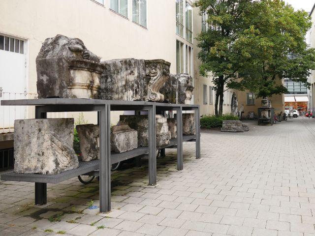 Überreste des im 2. Weltkrieg zerstörten Siegestors liegen in der Nieserstraße