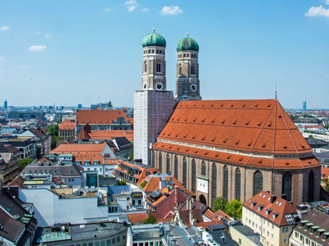 Frauenkirche im August 2015 - Ansicht vom Neuen Rathaus