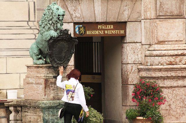 Löwe an der Residenz mit Tourist