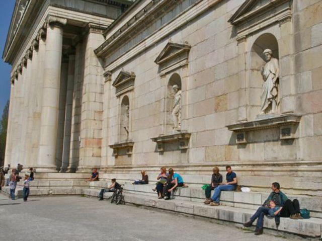 Glyptothek sitzende Menschen