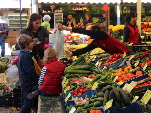 Familieneinkauf am Pasinger Viktualienmarkt