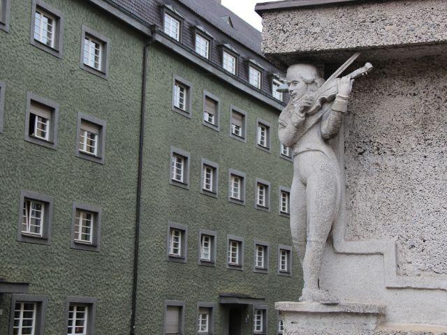 Häuserblock mit Statue