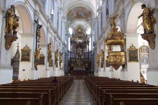 Peterskirche von Innen mit Hochaltar