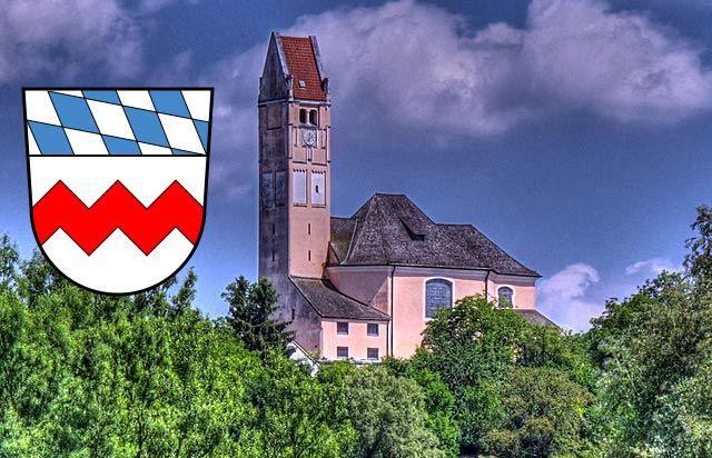 Bergkirchen, St. Johann Baptist mit Wappen Landkreis Dachau