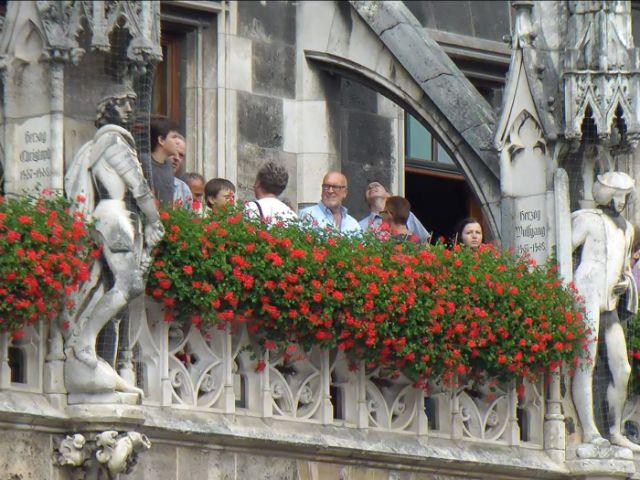 Besucher auf dem Rathausbalkon am Tag der offenen Tür der Stadt