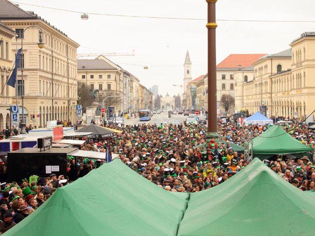 mit feiernden Leuten gefüllter Odeonsplatz